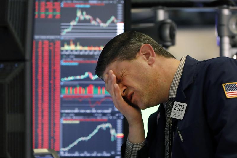 美股上週連續經歷黑色星期一與黑色星期四,單週引發4次股市熔斷,股市交易員面色鐵青。(東方IC)