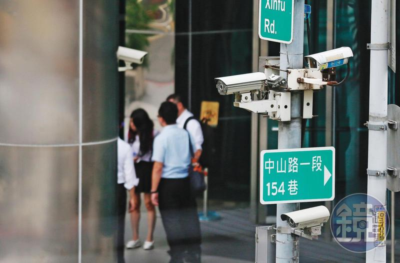全台各地的監視器,成為警方掌握肺炎確診者過往行蹤的利器。
