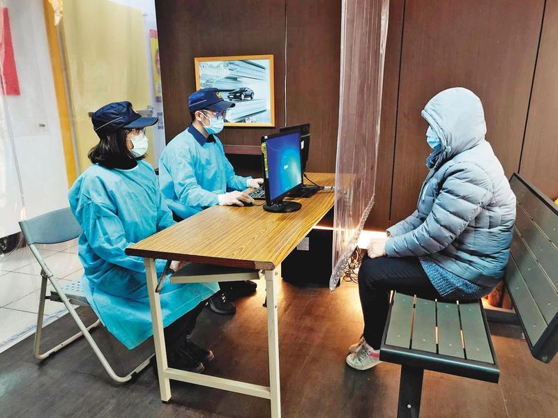偵訊有肺炎疑慮的當事人,警方有一套自我保護措施。(警方提供)
