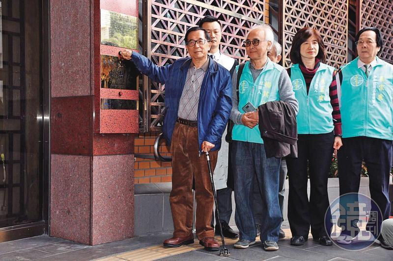 陳水扁(左)目前仍有國務機要費等5大案尚未審理完畢。圖為扁今年1月到台北地檢署控告前總統馬英九、高雄市長韓國瑜誹謗。