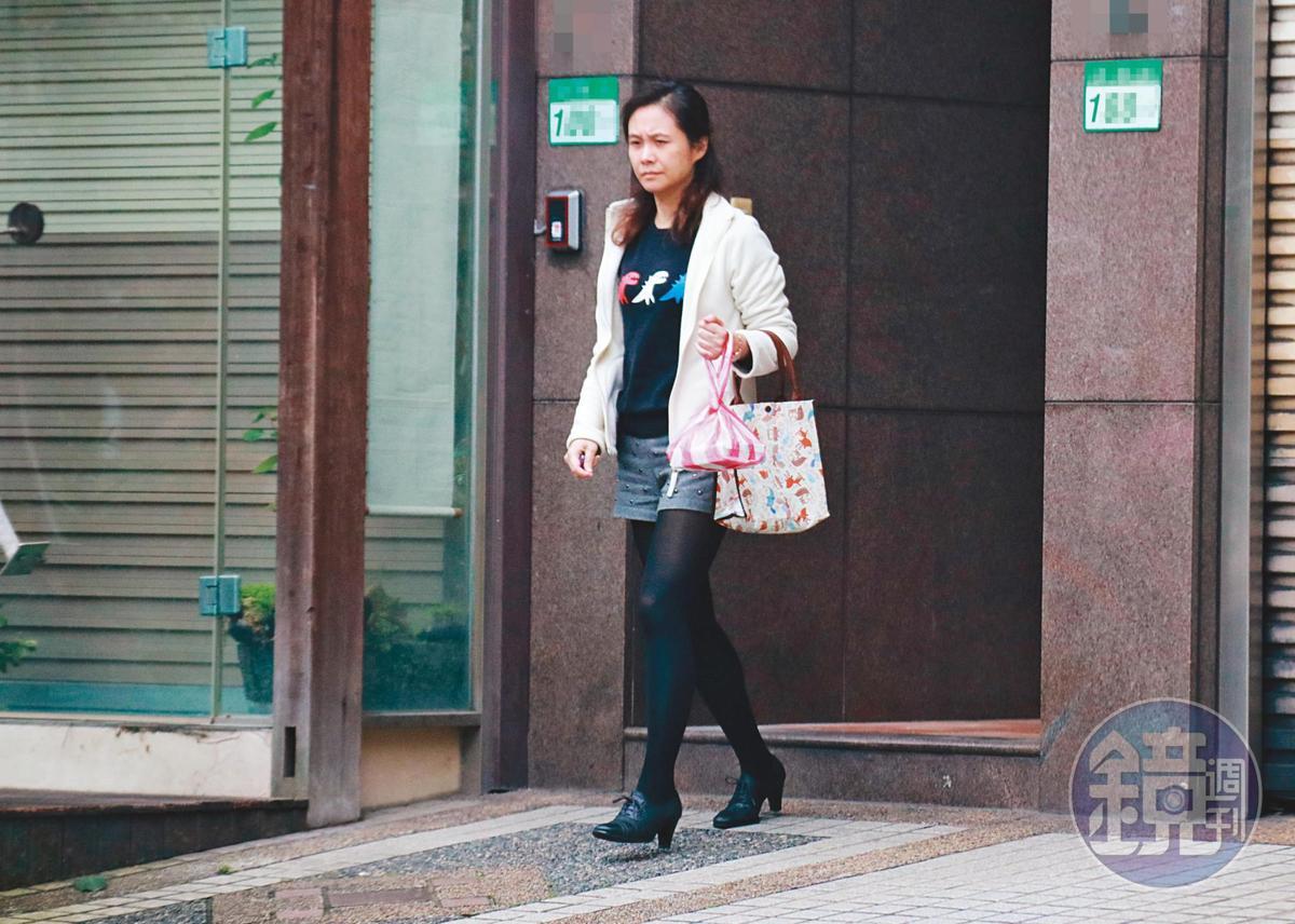 3/12 13 : 30 王浩離開後,台北市家暴防治中心主任陳淑娟(圖)隨後也步出華廈。