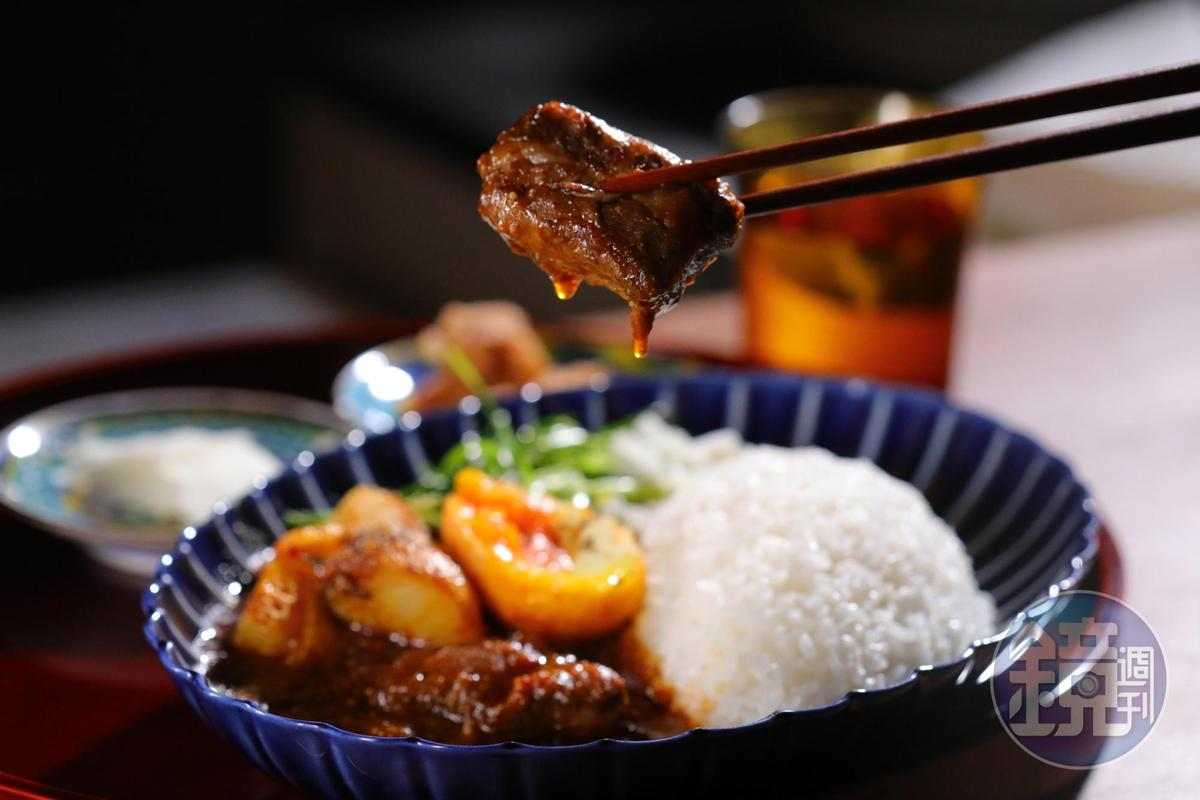 「牛肉熟成咖哩」會在咖哩醬上淋自製辣油,除了能吃到蔬菜的甜味,還有花椒的香氣。(160元/外帶每份)