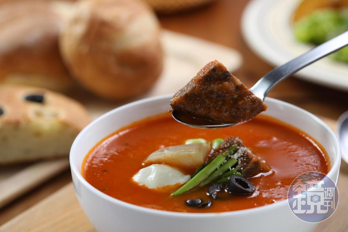 「經典牛肉燉湯」有義大利番茄的酸香和蔬菜、雞湯的甘醇,牛頰肉嫩中帶點野味。(190元/碗)