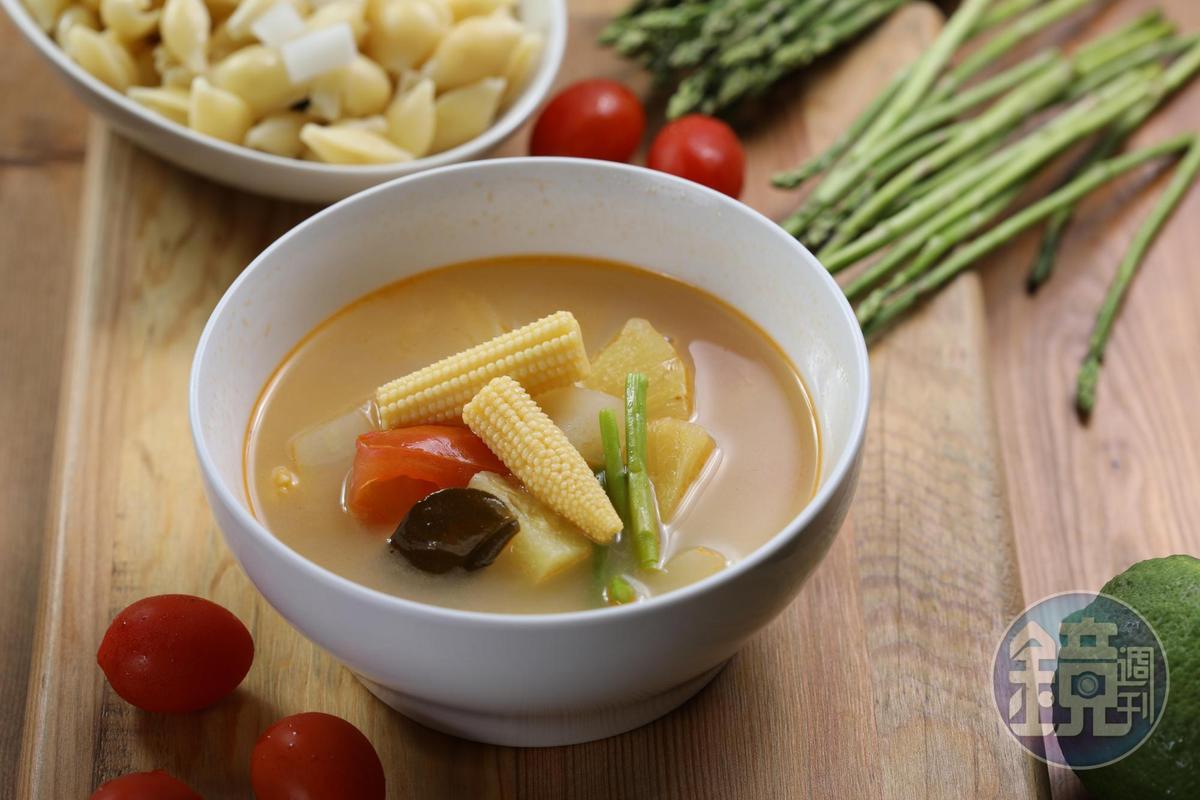 專為素食者設計的「海鹽巫婆湯」,每天食材、口味皆不同。(130元/碗)