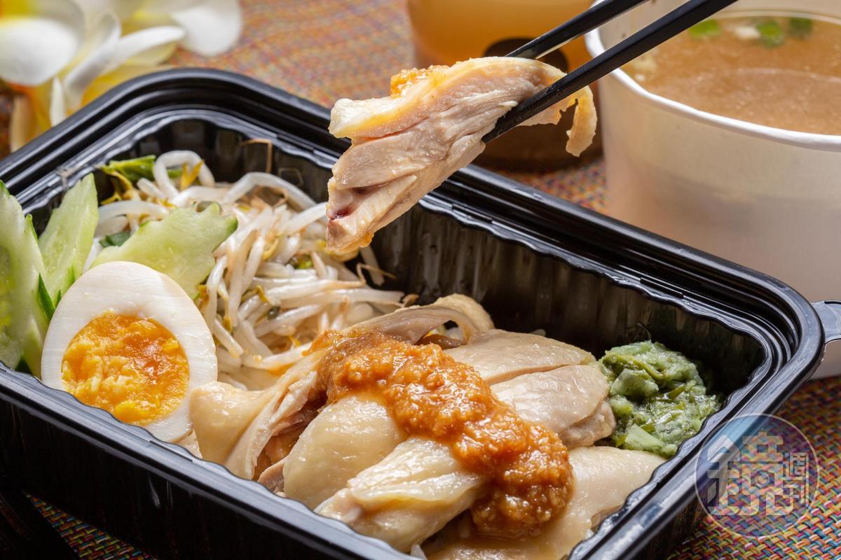泰式的「海南雞飯」,雞肉滑嫩有味,紅醬酸辣下飯,綠醬能解肉膩,雞高湯煮成的泰國香米,飽實有Q度。(140元/份)