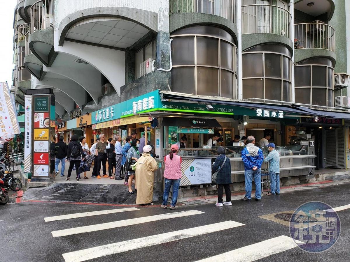 「莎瓦迪卡海南雞飯」可內用,也能從餐廳旁的外帶攤位購買泰式便當。