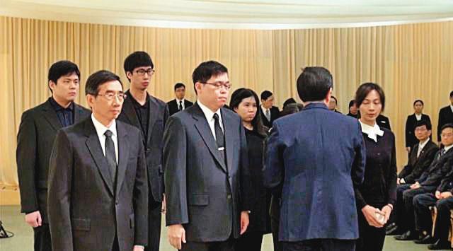 2016年張榮發過世,由大房長子張國華(前左)籌辦喪事,二房獨子張國煒(前中)也列席。(長榮提供)