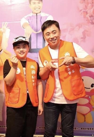 小小彬(左)向父親小彬彬表示想少接戲,多做公益。(翻攝自溫兆宇臉書)