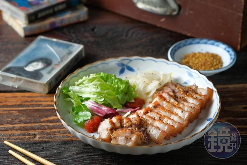 吃「鹹豬肉佐桂花蜜」剛開始是熟悉滋味,隨後味蕾轉甜,帶來桂花蜜的香氣。(250元/份)