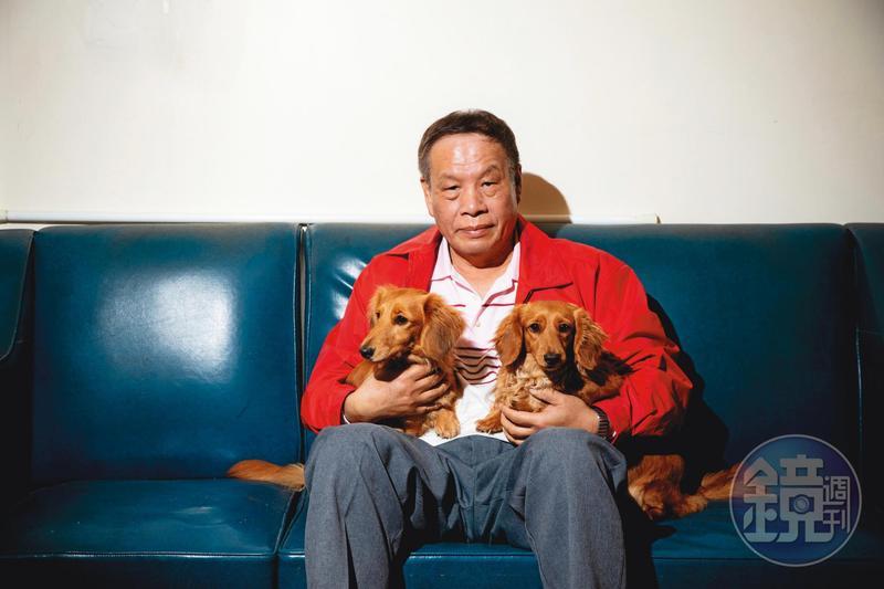 陳裔浴說自己從來不養狗。女兒入監後,請他代養2隻狗,如今非常有感情,他說:「牠們是我女兒的性命,也是我的心肝寶貝,看到狗,就會想到女兒。」