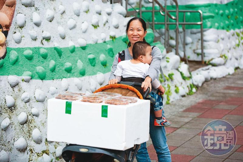 陳籹穌18歲從越南嫁來台,在前夫家習得台式料理手藝,她為了唐氏症次子自創「樂寶滷味」,透過網路銷售,也常親自送貨。
