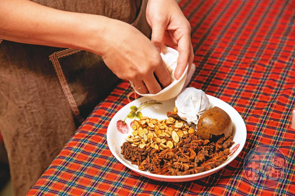 滷包除了八角、肉桂、紅耆等辛香料,另加入羅漢果讓食材回甘。