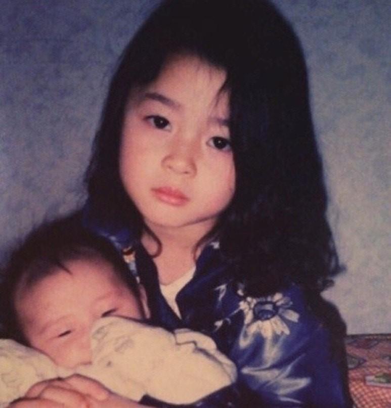 權娜拉舊照曝光被懷疑是人工美女,粉絲翻出她的童年照力證她美貌純天然。(翻攝自Naver、JOY Enterstar)