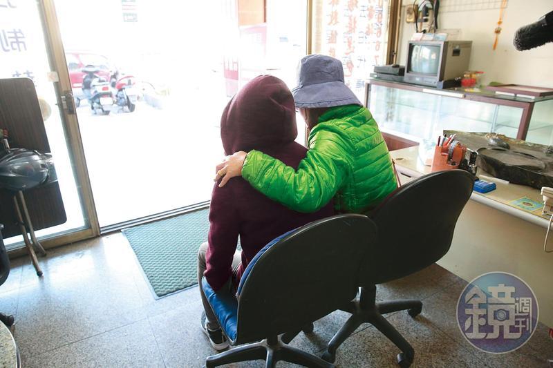 受害女學生在母親陪伴下,控訴建教組長的性騷惡行。(當事人已變裝處理)
