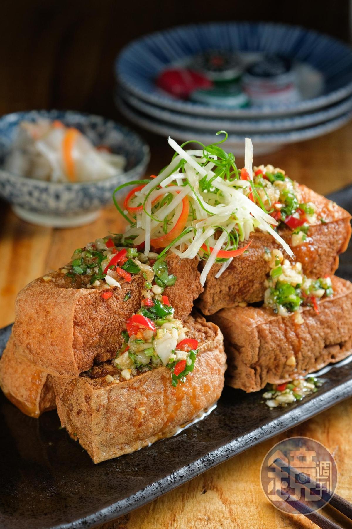 「吃老板豆腐」是炸油豆腐淋上新鮮辣椒混合蒜頭的醬汁,搭自製台式泡菜,非常對味。(160元/份)