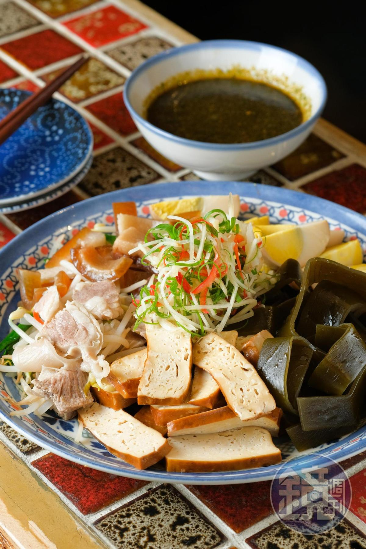 綜合台式黑白切的「在一起」,蘸九層塔蒜蓉醬,風味格外特別,(299元/份)