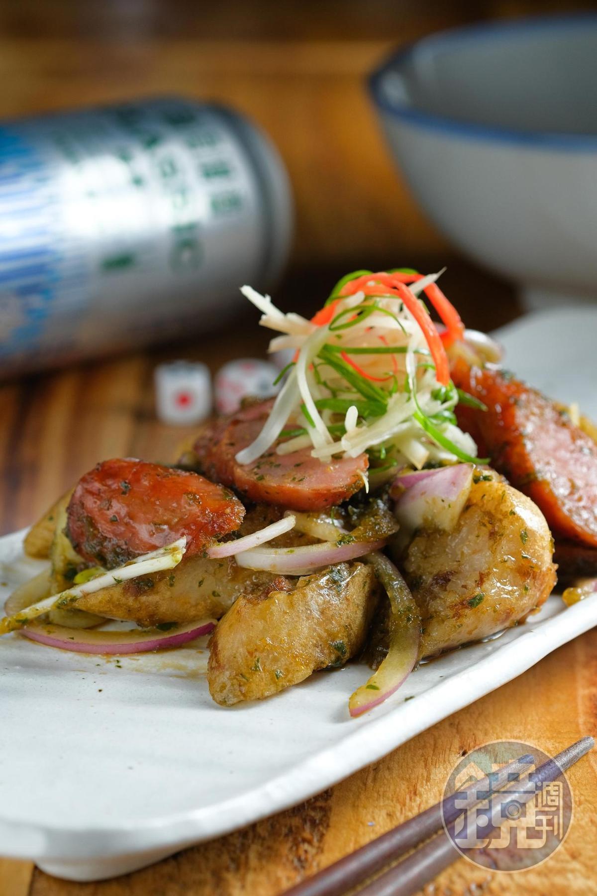 「硬腸弄軟腸」是炸過的糯米腸、香腸,再拌勻九層塔蒜蓉醬。(170元/份)