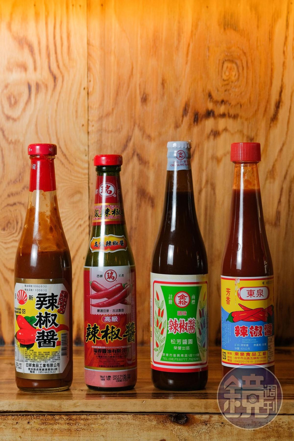 店內的台式瓶裝醬料是老闆們的鄉愁,提供給客人自由運用。
