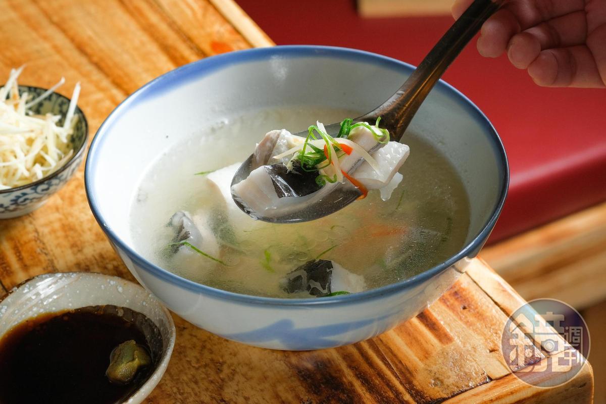 「虱目魚肚湯」魚嫩湯清,可解重口味下酒菜的膩。(140元/碗)