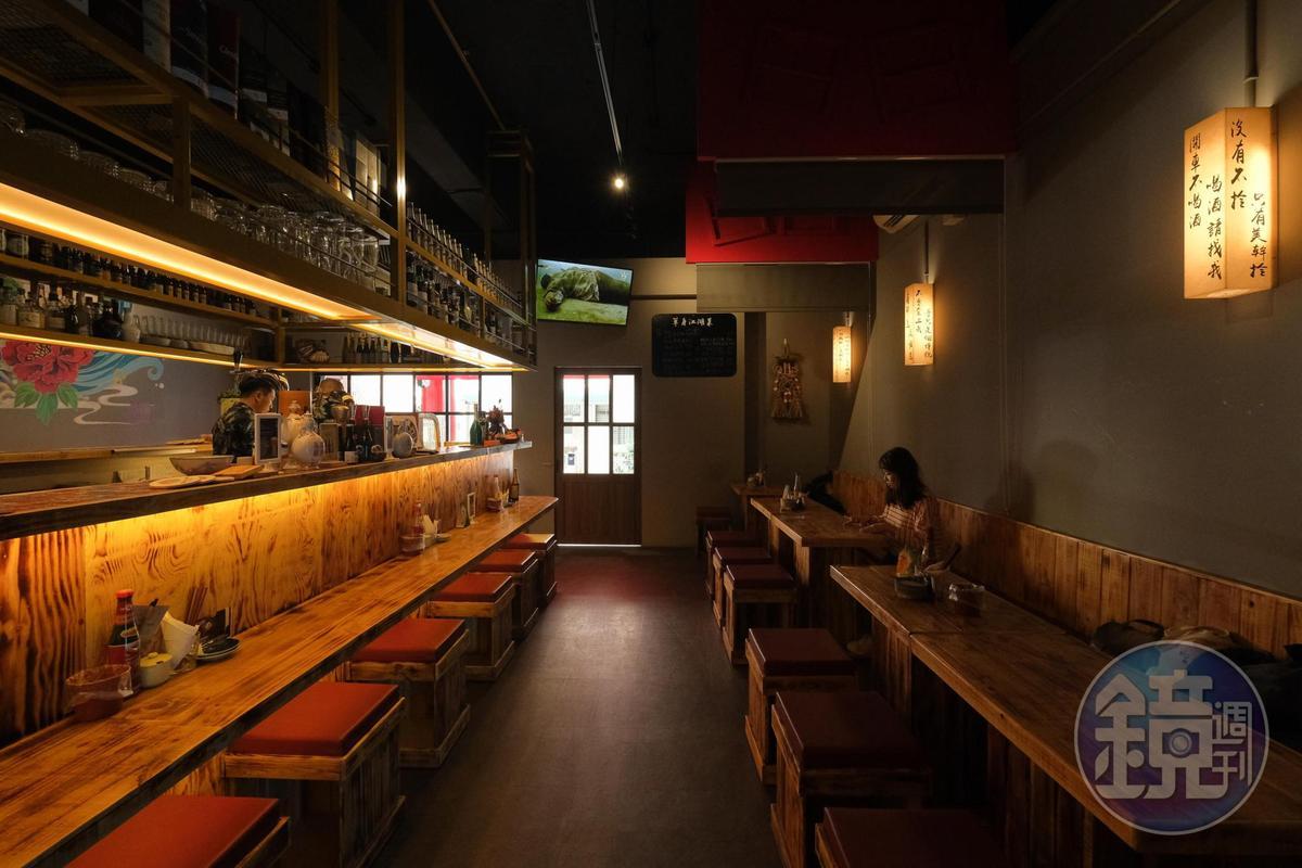 室內以低矮桌椅營造熱炒店氛圍。