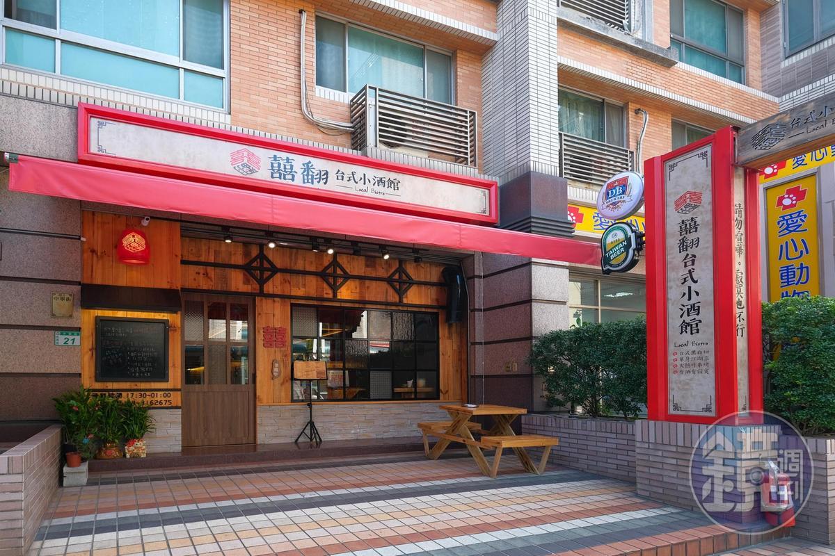餐廳外觀以用紅色勾勒線條,讓人一眼就發現。