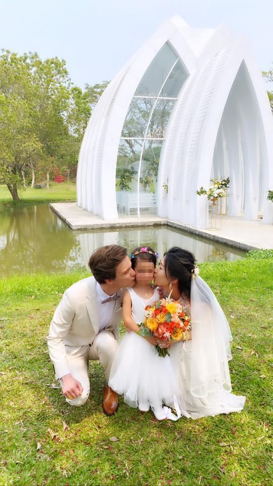 瑞莎的弟弟及弟媳親吻瑞莎的女兒。(翻攝自瑞莎臉書)