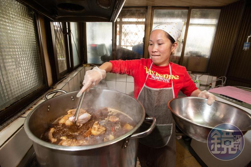 陳籹穌工作能力強,一大鍋滷味從買料、清理到滷製都由她一人獨立完成。