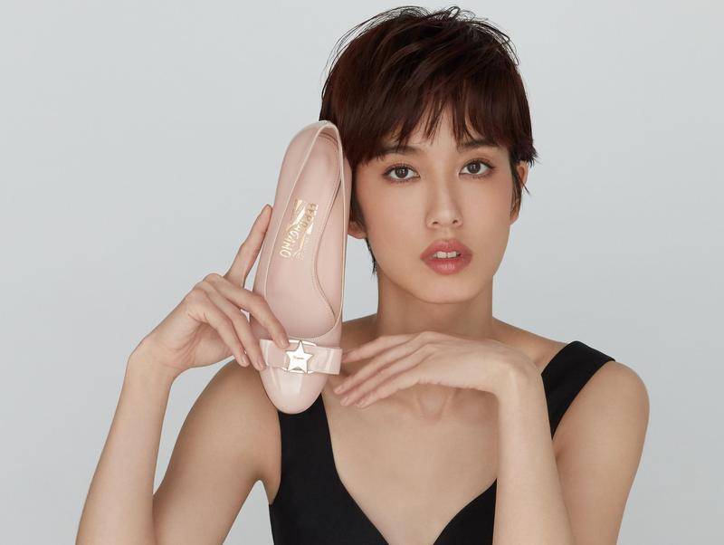 陳庭妮曾於2013年擔任第一代Vara訂製活動的Vara Girl,七年後再度受邀演繹新款Vara訂製鞋履。(Salvatore Ferragamo提供)