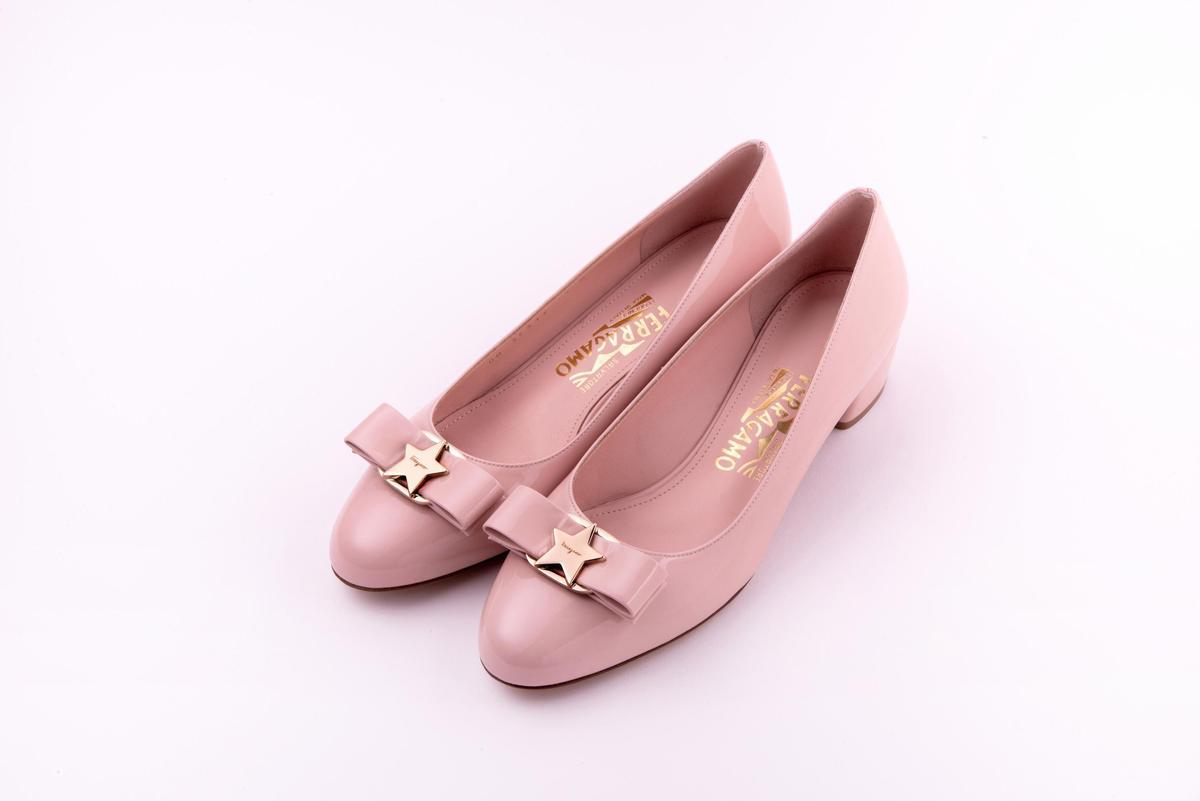 Vara粉色漆皮訂製鞋。NT$28,500(Salvatore Ferragamo提供)