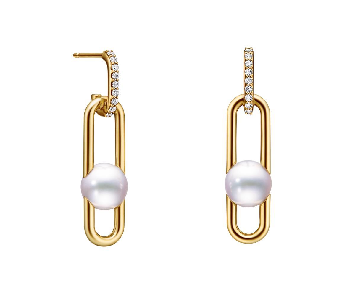 金多美配戴的Fine links鑽石珍珠黃K金耳環。NT$114,000(TASAKI提供)
