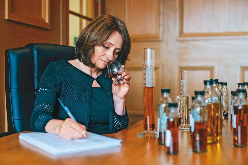 首席調酒師Rachel Barrie,在調配室品飲眾多樣本並寫著筆記。