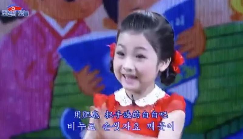 北韓女童頂濃妝唱洗手歌教防疫。(翻攝自朝鮮經貿文化情報 DPRK臉書)