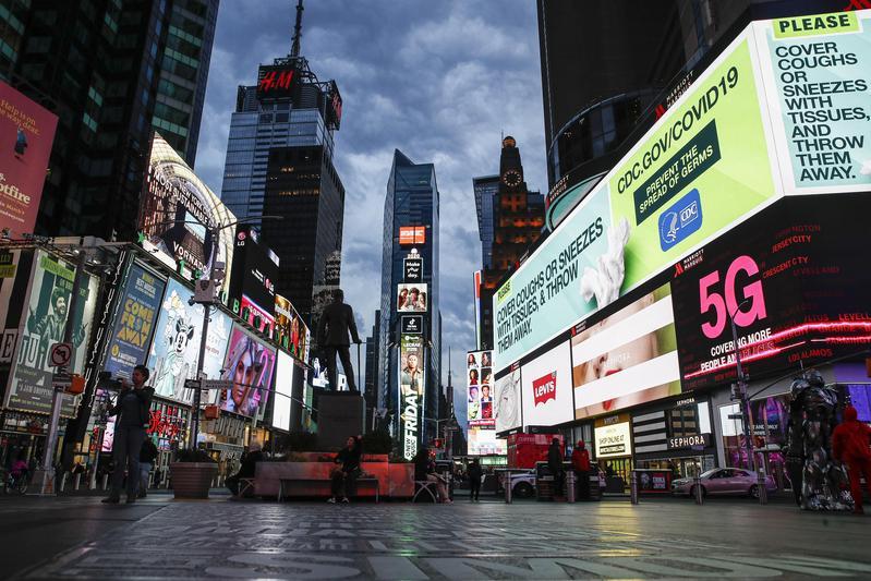 受到新冠肺炎影響,一向熱鬧的紐約街頭也難得出現冷清情景。(達志影像)