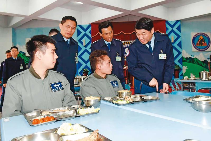 空軍司令部爆發虛報誤餐費弊案,上百名軍士官遭移送法辦。(圖非當事人,翻攝空軍司令部臉書)