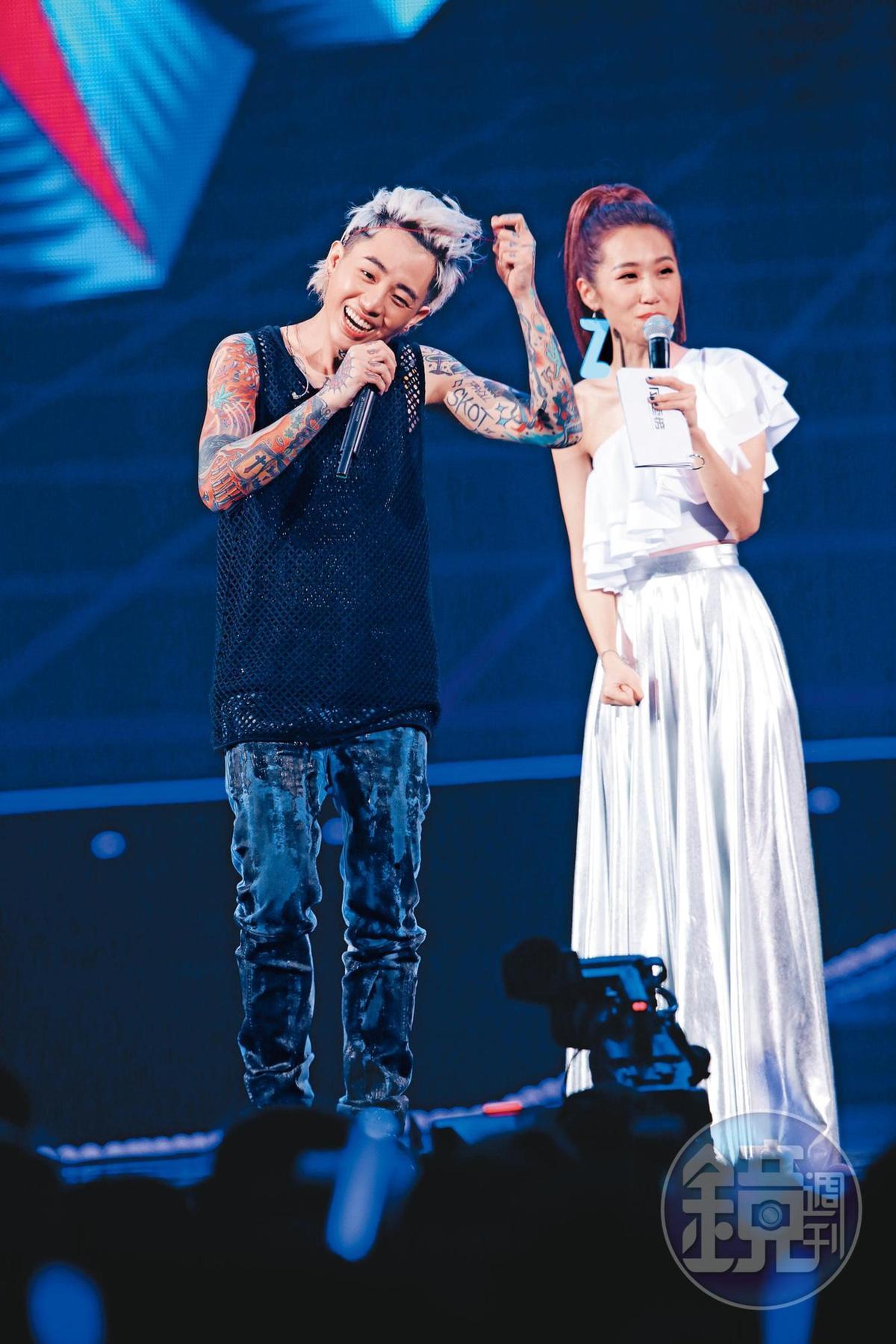 夫妻發生連串風波後,謝和弦(左)仍出席KKBOX風雲榜頒獎典禮,並賣力演出。