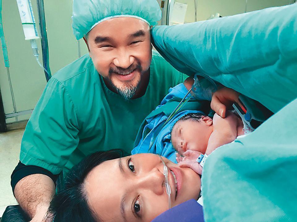 劉真為辛龍產下女兒霓霓時,一家三口開心的在產房合影,也是全家第一張合照。(翻攝自辛龍臉書)
