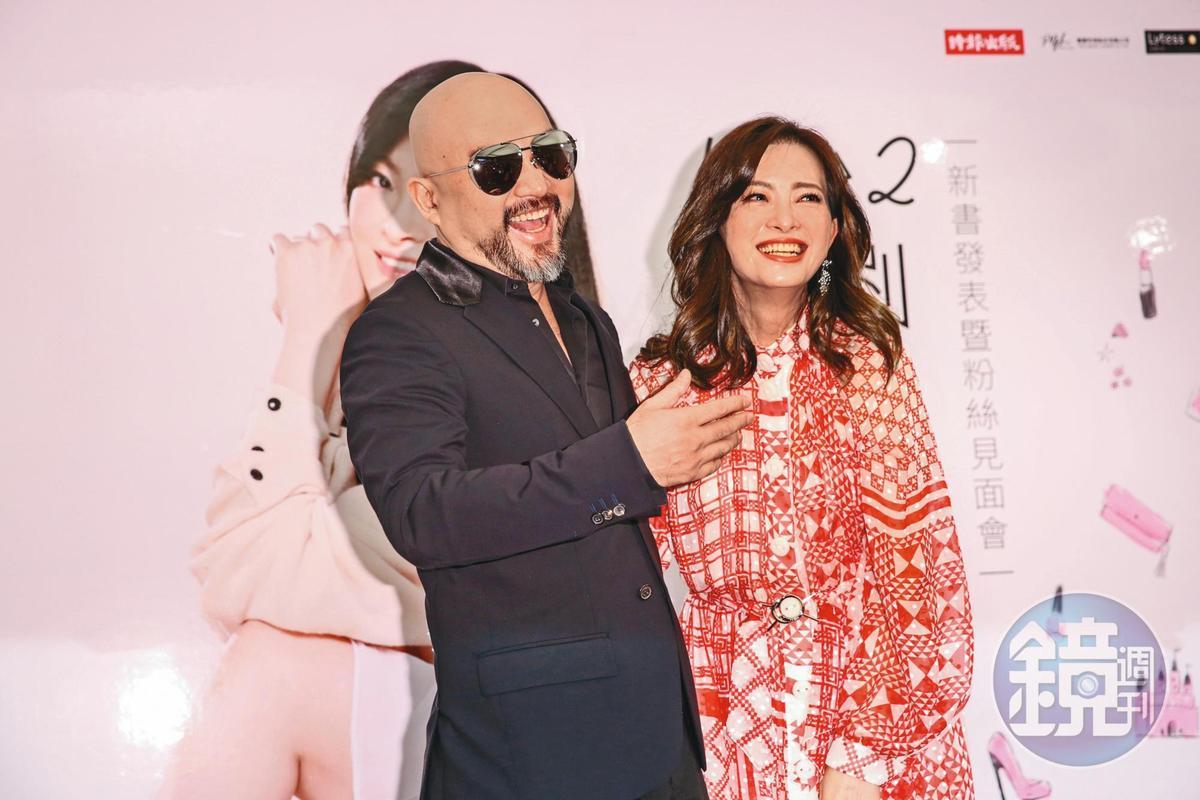 劉真舉辦新書《1+1>2劉真的幸福追愛記》記者會時,辛龍現身為老婆加油打氣。