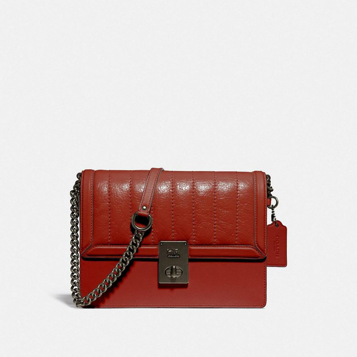 绗縫皮革Hutton手袋。NT$23,800(COACH提供)