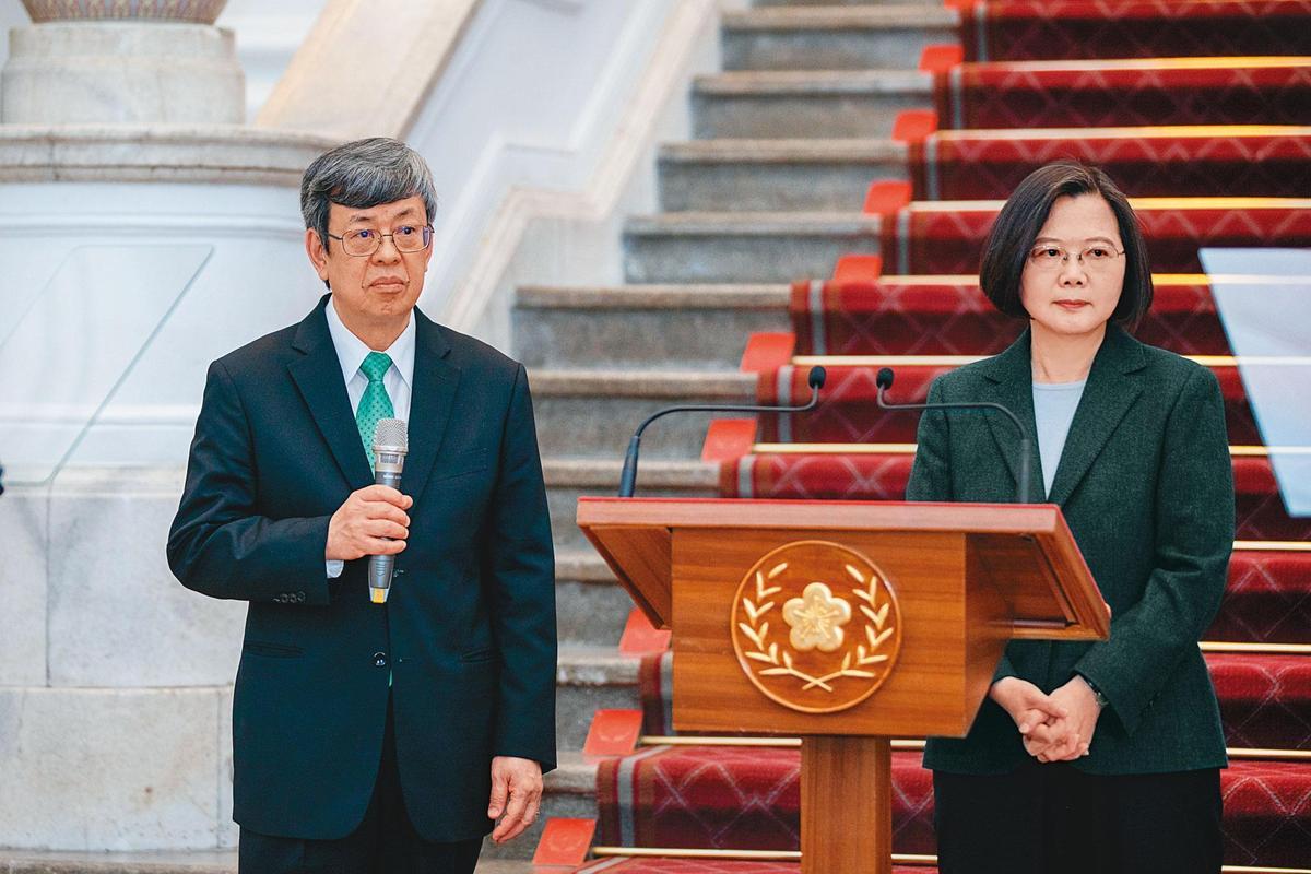 台灣疫情緊繃,確診案例已破百,總統蔡英文(右)19日親自在總統府敞廳對全國人民喊話,未來14天是第2階段防疫關鍵期。左為副總統陳建仁。(總統府提供)