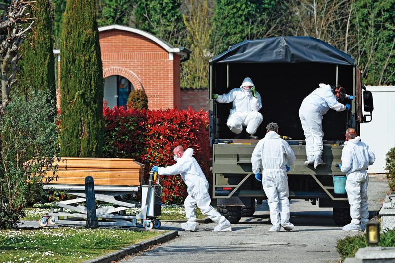 義大利武漢肺炎死亡人數已超越中國、躍居全球第一,一輛軍用卡車正在運送因染疫而不幸離世者的棺材,準備火化。(達志影像)