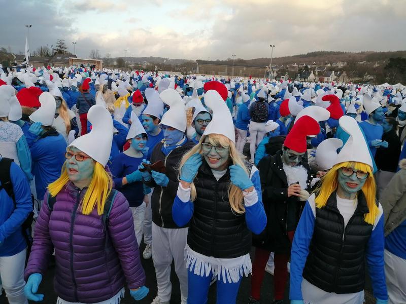 為了打破世界紀錄,日前3500人打扮成藍色小精靈群聚在法國巴黎,讓處於封城狀態的義大利人看傻了眼。(翻攝推特)
