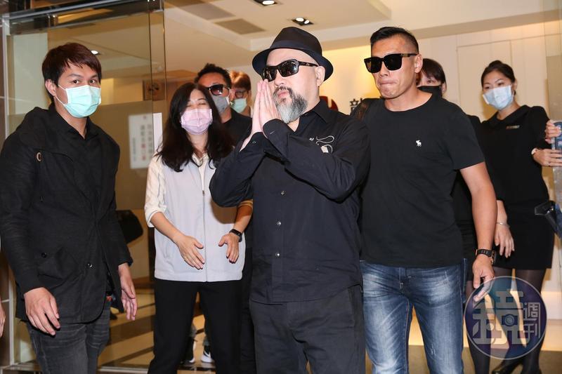 辛龍一改來到劉真靈堂時躲避媒體態度,離開前向媒體合十致意。