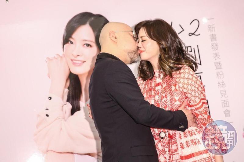 劉真在之前出版的《1+1〉2劉真的幸福追愛記》書中,曾親自甜蜜訴說對辛龍的深情。