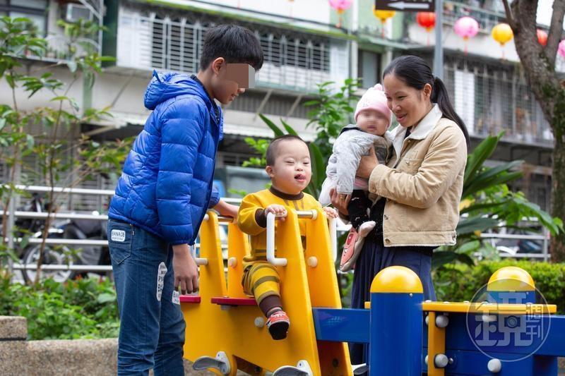 越南新娘陳籹穌不向命運低頭,她自創「樂寶滷味」透過網路銷售,拉拔3個孩子,未來盼帶著唐氏症次子一起工作,免看人臉色生活。
