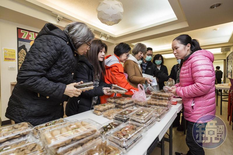陳籹穌18歲從越南嫁來台,在前夫家習得台式料理手藝,她為了唐氏症次子自創「樂寶滷味」,除了透過網路銷售,假日也會到教會擺攤。