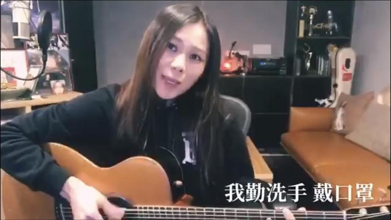 蔡健雅在家自彈自唱改編版〈別找我麻煩〉,要病毒快走開。(翻攝自蔡健雅臉書)