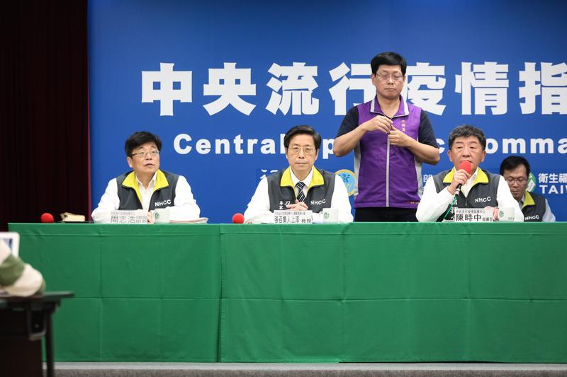 多日不見的專家諮詢小組召集人張上淳出現在記者會。(中央流行疫情指揮中心提供)