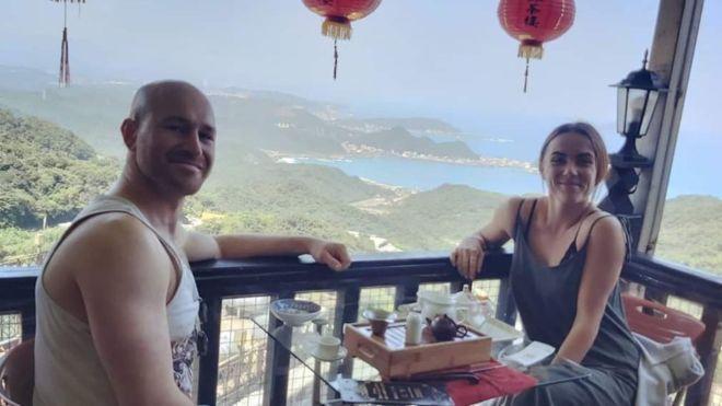 一對外國籍情侶入境台灣,被要求進行居家檢疫,孰料其女母親向媒體投訴環境如監獄。(翻攝自BBC官網)