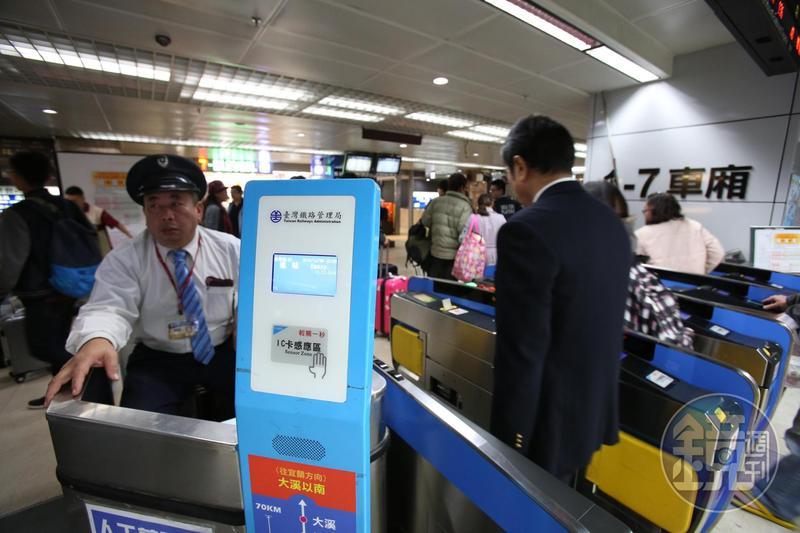 台鐵宣布從4月1日起,於34站開始實施進站旅客測量體溫措施。