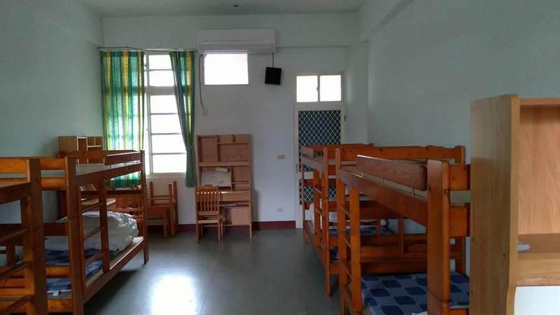 花蓮縣衛生局公布了檢疫場所的環境照片,網友直呼哪裡像監獄。(花蓮縣衛生局提供)